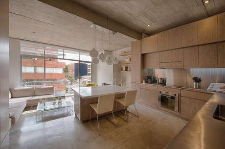 LIVING+KITCHEN: Comedores de estilo minimalista por Martínez Arquitectura