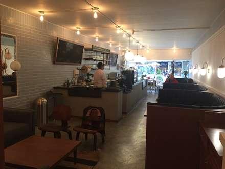 Área comedor y barra: Comedores de estilo ecléctico por Bustos + Quintero arquitectos