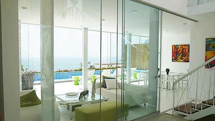 Vista desde el jardín hacia en norte (mar) / View from the garden to the north (sea): Casas unifamiliares de estilo  por Lores STUDIO. arquitectos