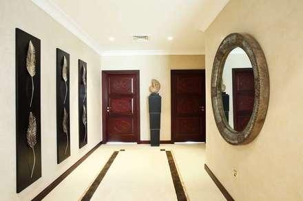 Pasillos y hall de entrada de estilo  por Chameleon Interior