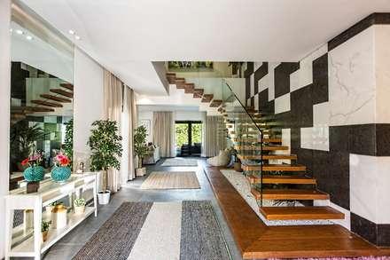Pasillos y hall de entrada de estilo  por Grid Fine Finishes