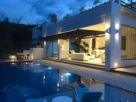 Casas Campestres : Piscinas de estilo moderno por Arquitectos y Entorno S.A.S
