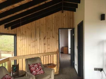 Cabaña Catrianca, Pichilemu: Pasillos, hall y escaleras de estilo  por EstradaMassera Arquitectura