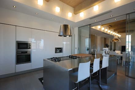 LUCE, MATERIALI, SPAZIO E UNA GRANDE CUCINA: Cucina in stile in stile Moderno di silvestri architettura