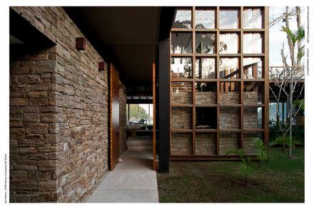 Pasillos y hall de entrada de estilo  por Arquitetura Gui Mattos