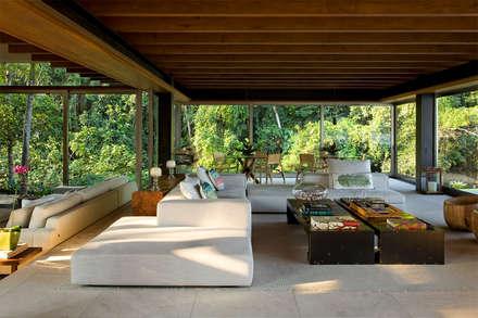 Livings de estilo topical por Arquitetura Gui Mattos
