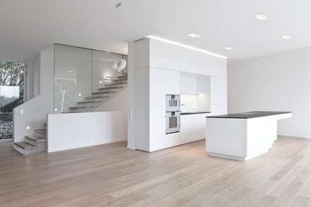 Wohnhaus 1170, Wien: moderne Küche von Lehner Raumkonzept GmbH