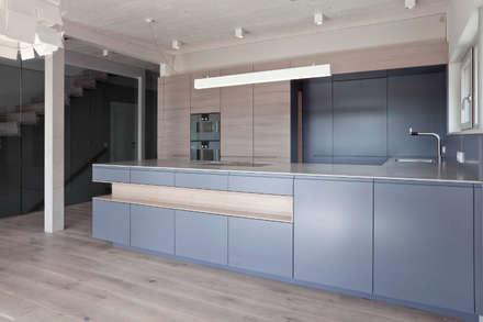 Wohnhaus Mondsee, OOE: moderne Küche von Lehner Raumkonzept GmbH