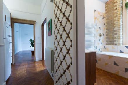 Quirky Flat : Hackney:  Corridor & hallway by Cassidy Hughes Interior Design