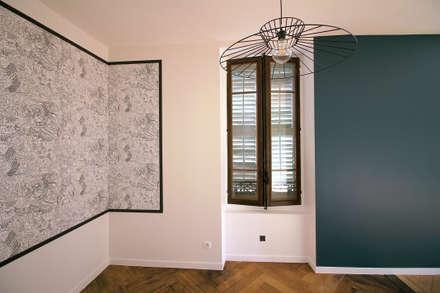 Rénovation complète d'un appartement Haussmannien : Salle à manger de style de style Colonial par Deco-Daix