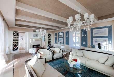 Villa Olivia, una residenza di lusso con vista mozzafiato sull'Egeo e spiaggia privata: Soggiorno in stile in stile Mediterraneo di Studio D73