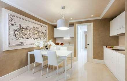 Villa Olivia, una residenza di lusso con vista mozzafiato sull'Egeo e spiaggia privata: Cucina in stile in stile Mediterraneo di Studio D73