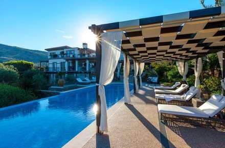 Villa Olivia, una residenza di lusso con vista mozzafiato sull'Egeo e spiaggia privata: Piscina in stile in stile Mediterraneo di Studio D73