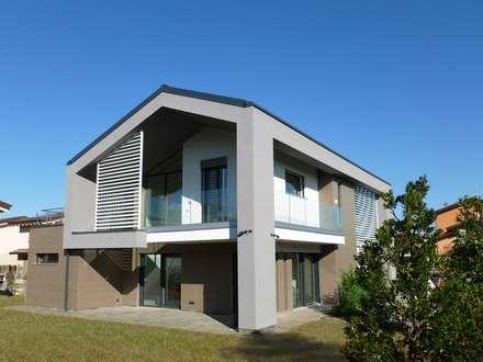 Villa moderna in legno: Case in stile in stile Moderno di Marlegno