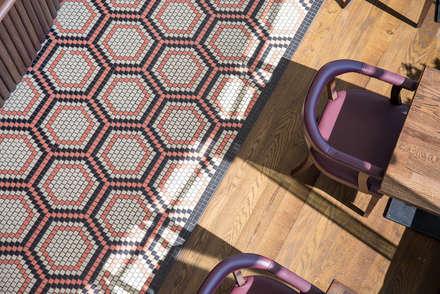Antique Oak Engineered Flooring:  Offices & stores by Woodflooring Engineered Ltd