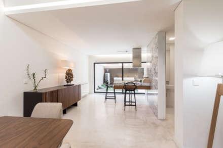 Moradia V3 - Imobiliário: Salas de jantar minimalistas por João Boullosa