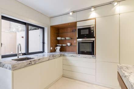 Moradia V3 - Imobiliário: Cozinhas minimalistas por João Boullosa