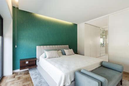 Moradia V3 - Imobiliário: Quartos minimalistas por João Boullosa