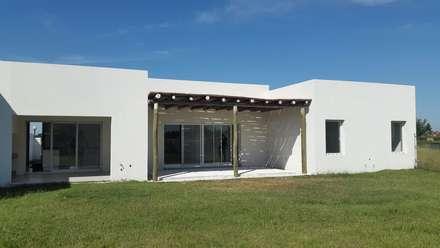 La Cardera: Jardines de estilo moderno por Estudio Victoria Suriguez