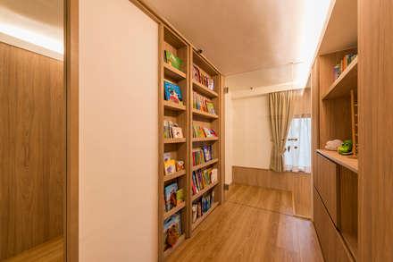 Design & Build: Condominium @ Eunos (Modern Scandinavian): modern Corridor, hallway & stairs by erstudio Pte Ltd