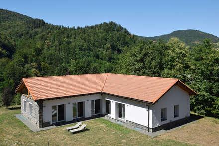 TETTO IN LEGNO, PIETRA E MATTONI A VISTA: Casa unifamiliare in stile  di silvestri architettura
