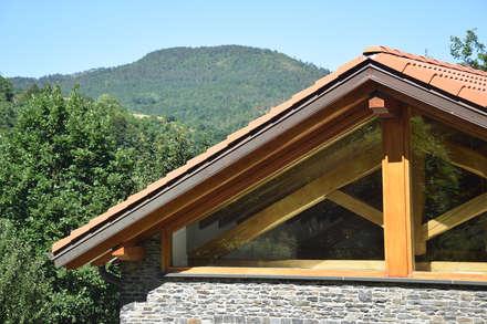 TETTO IN LEGNO, PIETRA E MATTONI A VISTA: Tetto in stile  di silvestri architettura