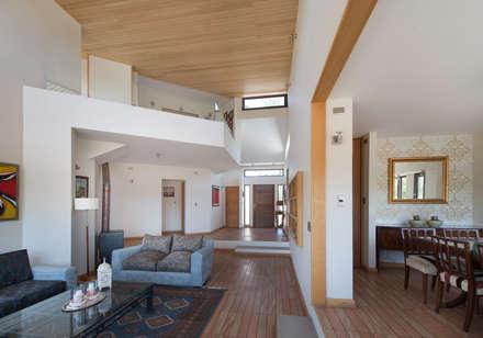 Casa Passalaqua: Pasillos, hall y escaleras de estilo  por GITC
