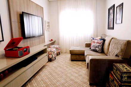 rustic Media room by Haus Brasil Arquitetura e Interiores