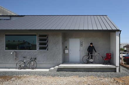 南側エントランス部外観: 神成建築計画事務所が手掛けた家です。
