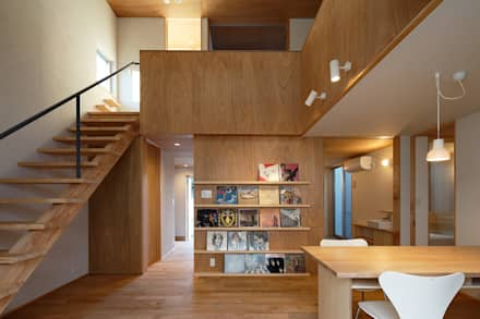 吹き抜けのリビングと階段: 神成建築計画事務所が手掛けたリビングです。