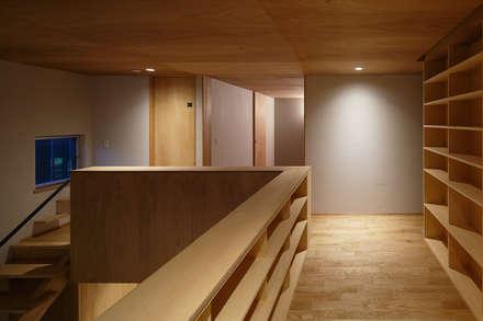 吹き抜けに面した2階廊下: 神成建築計画事務所が手掛けた玄関・廊下・階段です。