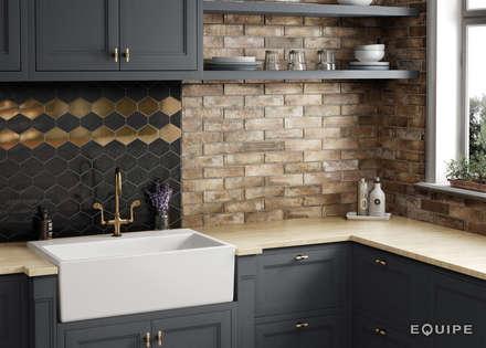 Scale Benzene Black, Metallic 10,8x12,4 cm. Brick Village 6x24,6 cm.: Cocinas de estilo rústico de Equipe Ceramicas