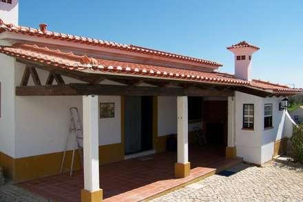 Telheiro: Moradias  por Leais & Oliveira, Lda