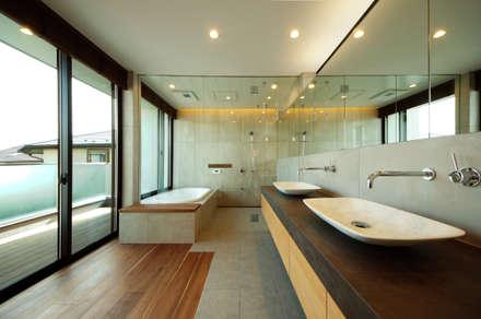 リゾート風のバスルーム: TERAJIMA ARCHITECTSが手掛けた浴室です。
