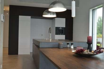 KITCHEN inside-out: moderne Küche von Küchenwerkstatt Kemptner GmbH - Haus des Wohnens Amberg