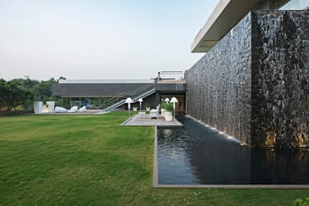 Outdoor area in Asia: moderner Pool von Paul Marie Creation