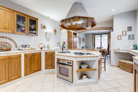 Villa Bologna: Cucina in stile in stile Classico di Luca Tranquilli - Fotografo