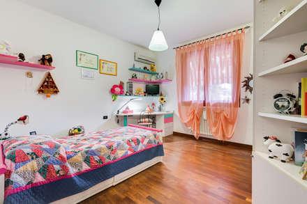 Villa Bologna: Stanza dei bambini in stile in stile Classico di Luca Tranquilli - Fotografo