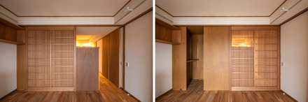 簾戸のあるフラット: 千田建築設計が手掛けたドアです。