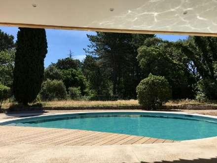 La piscine vue du séjour: Piscine de style de style Méditerranéen par Grégory Cugnet ARCHITECTE