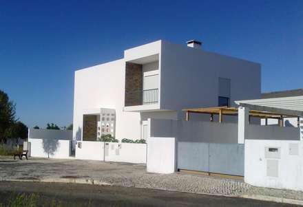 Detached home by Leonor da Costa Afonso