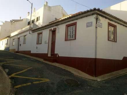 Exterior . Vista Nascente/Sul: Casas unifamilares  por Leonor da Costa Afonso