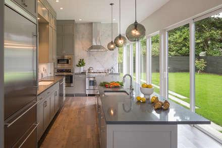 Magnolia House: Modern Kitchen By Rerucha Studio