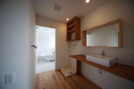 ウィングハウス: 小川建築工房が手掛けた浴室です。