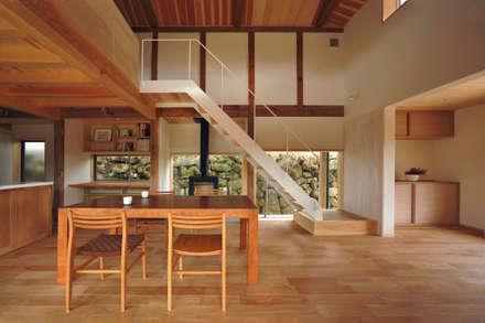 ダイニング: 神家昭雄建築研究室が手掛けたダイニングです。