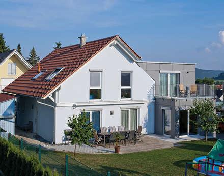 Anbau wurde mit hellgrauen Fassadenplatten beplankt:  Fertighaus von KitzlingerHaus GmbH & Co. KG