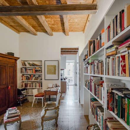 Casa per amici: Studio in stile in stile Eclettico di Officina29_ARCHITETTI