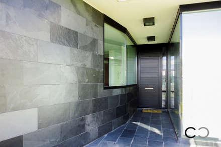 ACCESO: Terrazas de estilo  de CCVO Design and Staging