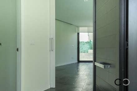 ACCESO: Pasillos y vestíbulos de estilo  de CCVO Design and Staging