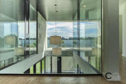 VISTAS: Pasillos y vestíbulos de estilo  de CCVO Design and Staging
